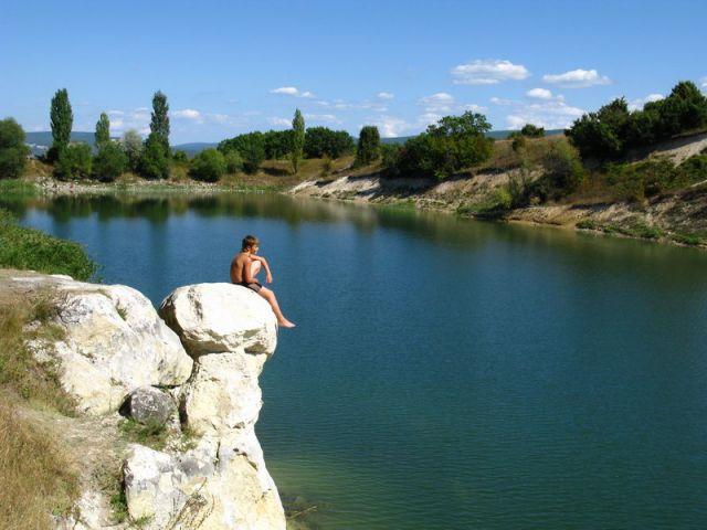 С этой скалы очень классно прыгать в воду. Автор фото Николай Жданков
