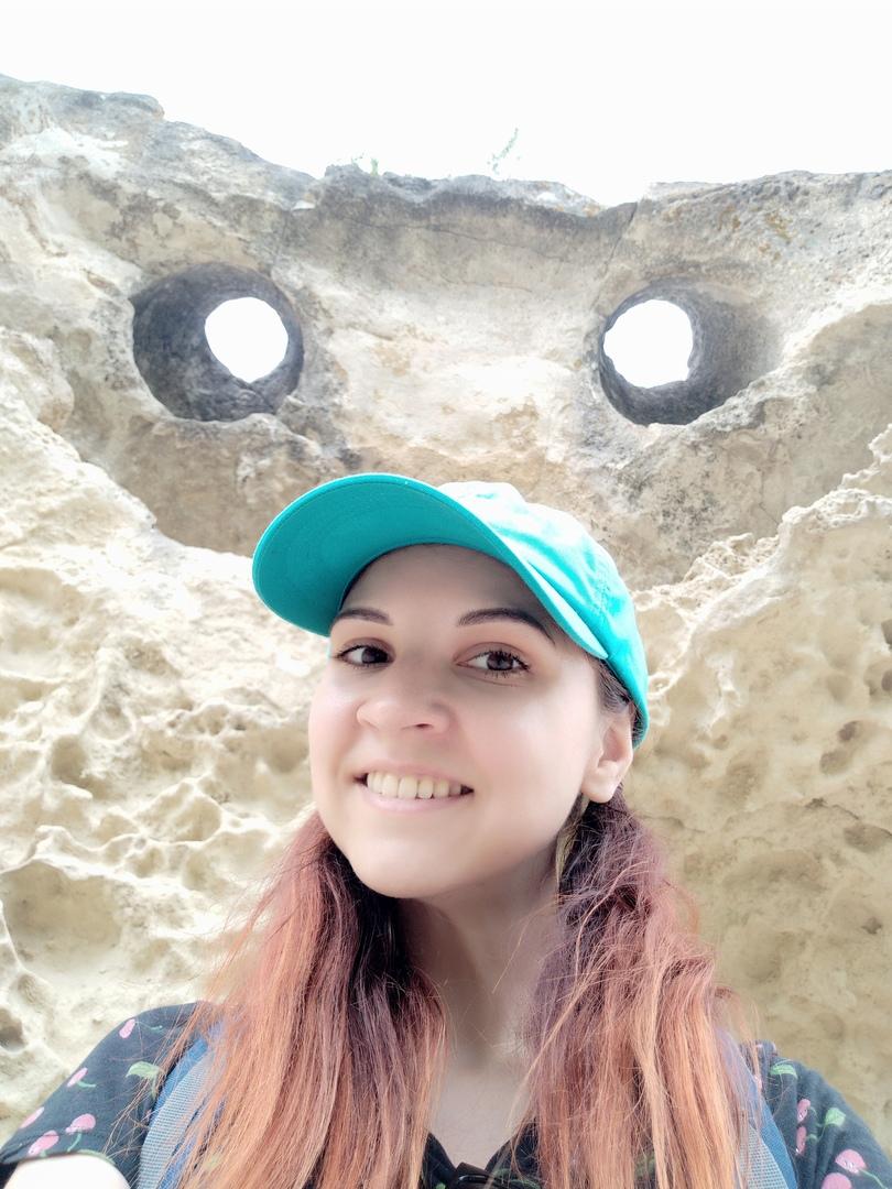 Можно считать, что это дружелюбный смайлик Баклы, самое частое фото. Хорошо понятно, как за тысячу лет разрушился известняковый монолит. От каменных пифосов остались только горловины. Мы говорим о миллионах лет)!! ХеХеХе отвечает Смайлик - скалы так долго не живут.