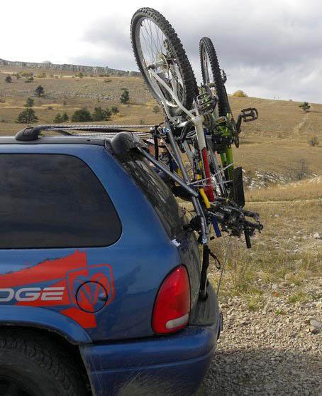 крепление велосипедов на задней дверце автомобиля с помощью недорогой раздвижной рамы и резиновых эластичных стяжек