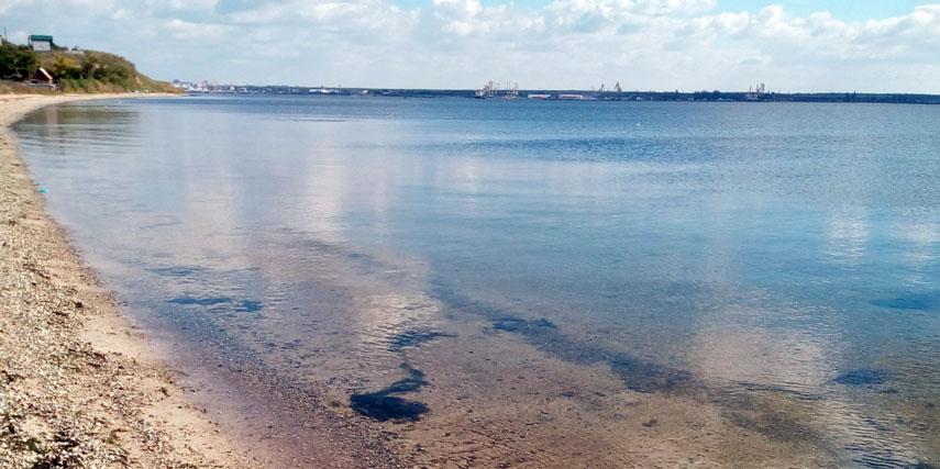 Старая Богдановка, вода Бугского лимана прозрачна и пахнет арбузом, а в береговом обрыве обнажается культурный слой с обломками античных амфор