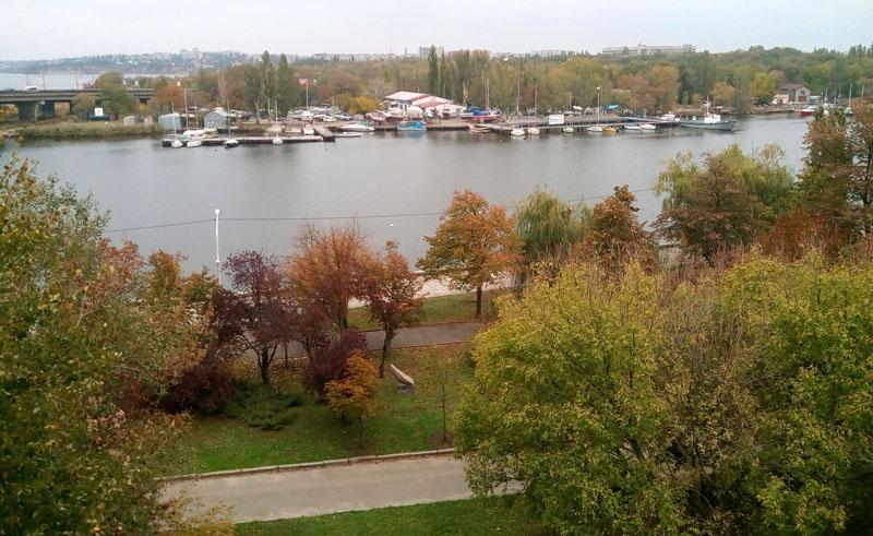 Танцплощадка у Нижней набережной реки Ингул должна быть визуально связана с Шахматным клубом и памятником адмиралу Макарову амфитеатром на склоне. Плавучая сцена позволит создать комплекс Певчего поля