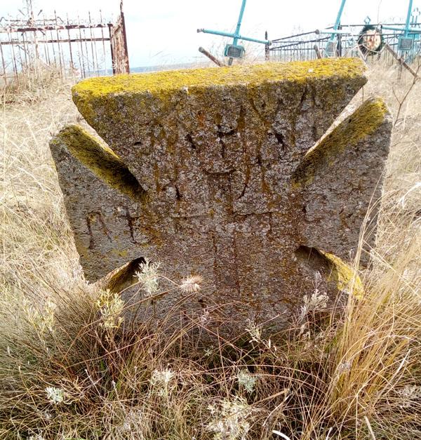 Кладбище с надгробьями 18-19 века, казацкими крестами и греческими крестами с двуглавым орлом
