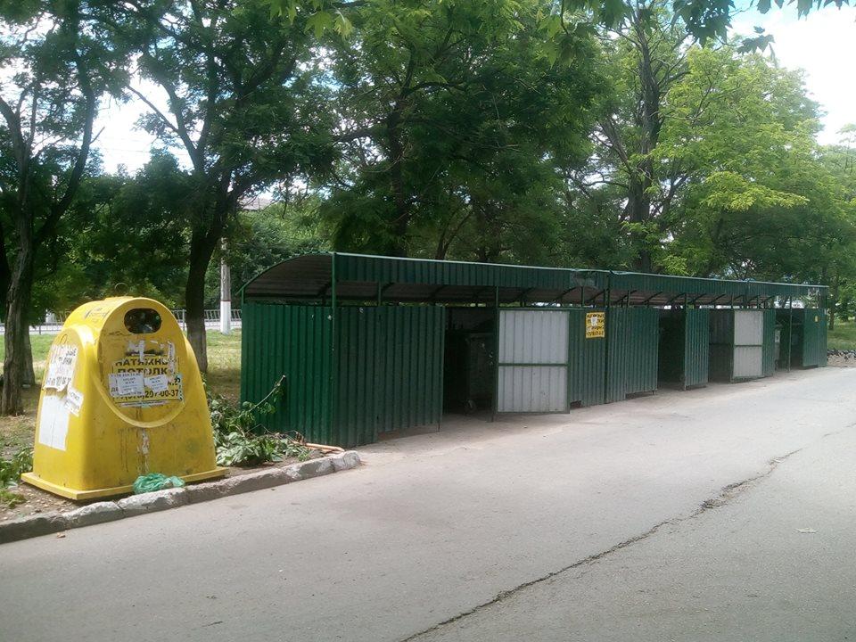 Обычный вид контейнеров для сбора мусора в Симферополе. Бродячих собак нет, бедные люди роются