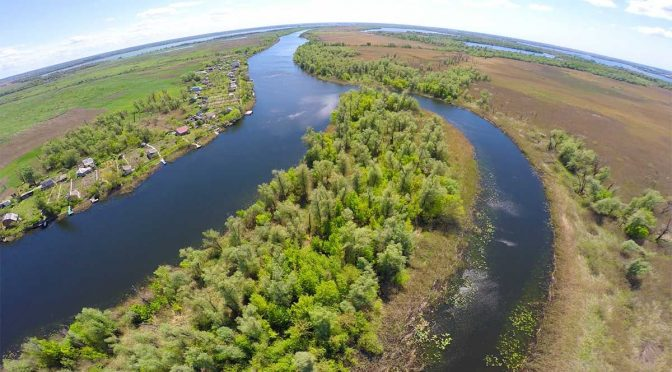 Днепр берет истоки в Смоленской области России, главная река Украины. Впадает в Черное море. Это наша великая Родина.