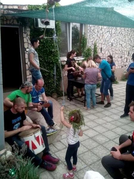 Старая Богдановка, юг Николаевской области Украины, Зеленый театр в усадьбе Шполянских. Девочка в зеленом венке танцует, мужчины играют и поют.